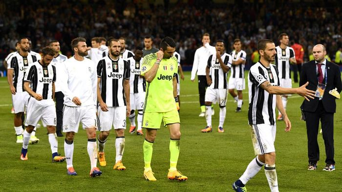 CARDIFF, WALES - JUNE 03: Gianluigi Buffon of Juventus and his Juventus team mates are dejected after the UEFA Champions League Final between Juventus and Real Madrid at National Stadium of Wales on June 3, 2017 in Cardiff, Wales.  (Photo by David Ramos/Getty Images)