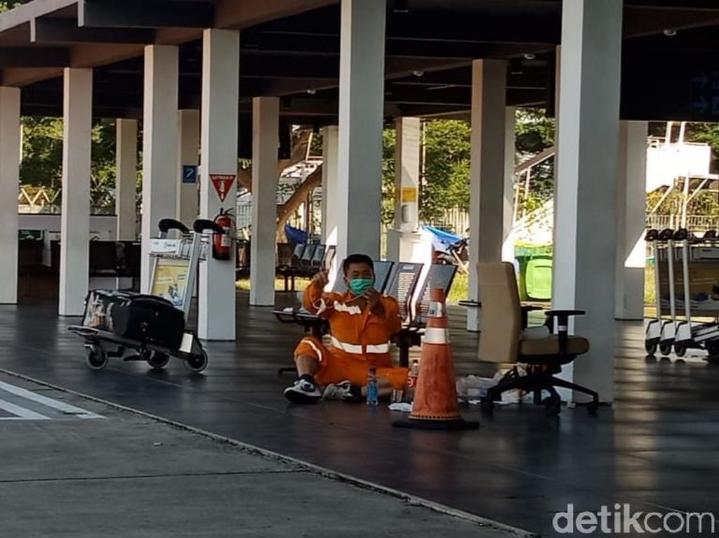 Ini Penampakan TKA China yang Ngambek Bertahan di Bandara Banyuwangi