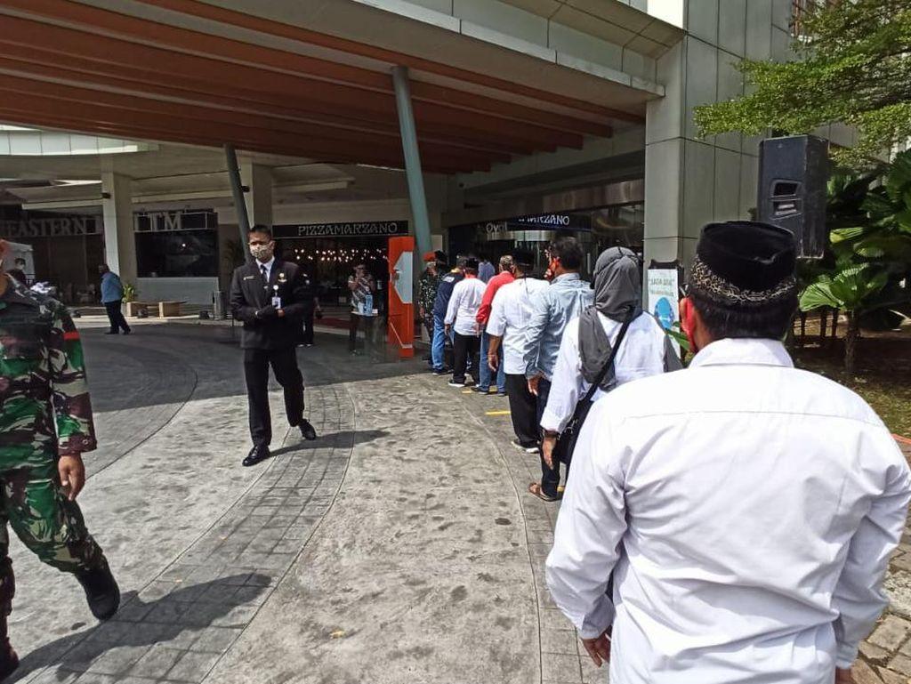 Warga Antre Masuk Mal Summarecon Bekasi yang Mau Disambangi Jokowi