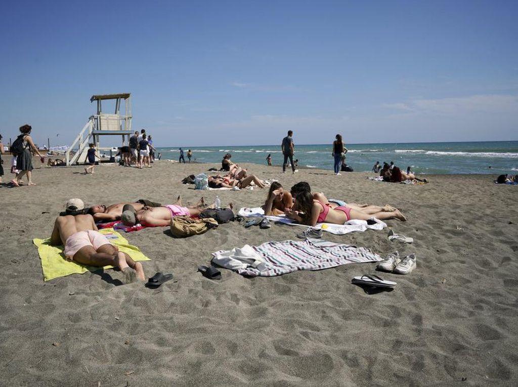 Potret Asyiknya Turis Eropa Bisa Liburan ke Pantai