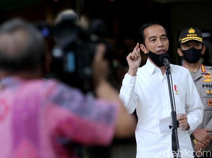 Presiden Joko Widodo hari mengunjungi mal yang berada di Bekasi. Kedatangannya itu untuk meninjau kesiapan Bekasi menjalankan skema new normal.