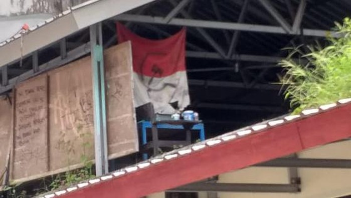 Bendera merah putih berlogo palu arit diamankan di kampus Unhas (dok. Istimewa)