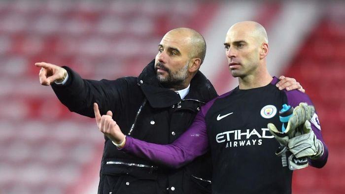 SUNDERLAND, ENGLAND - MARCH 05:  Josep Guardiola, Manager of Manchester City (L) speaks with Willy Caballero of Manchester City (R) on the ptich after the Premier League match between Sunderland and Manchester City at Stadium of Light on March 5, 2017 in Sunderland, England.  (Photo by Michael Regan/Getty Images)