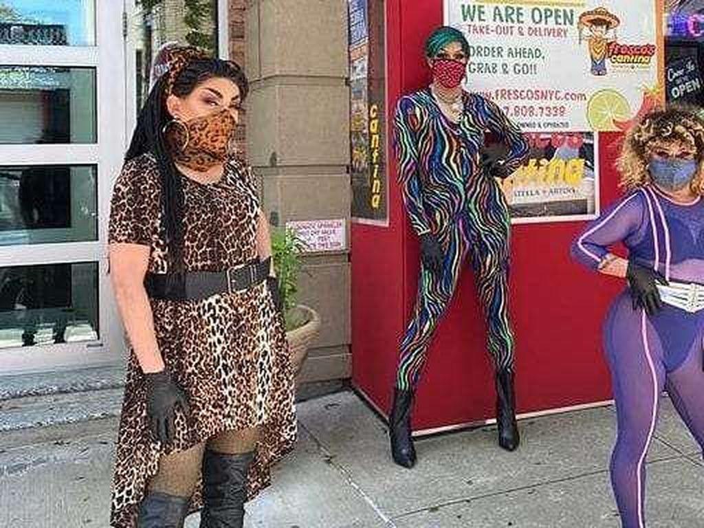 Foto Resto Buka Saat Lockdown dengan Delivery, Kurirnya Drag Queen