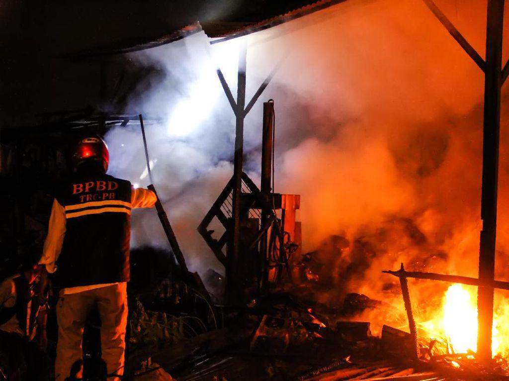 Gudang Pengepul Barang Bekas di Aceh Ludes Terbakar