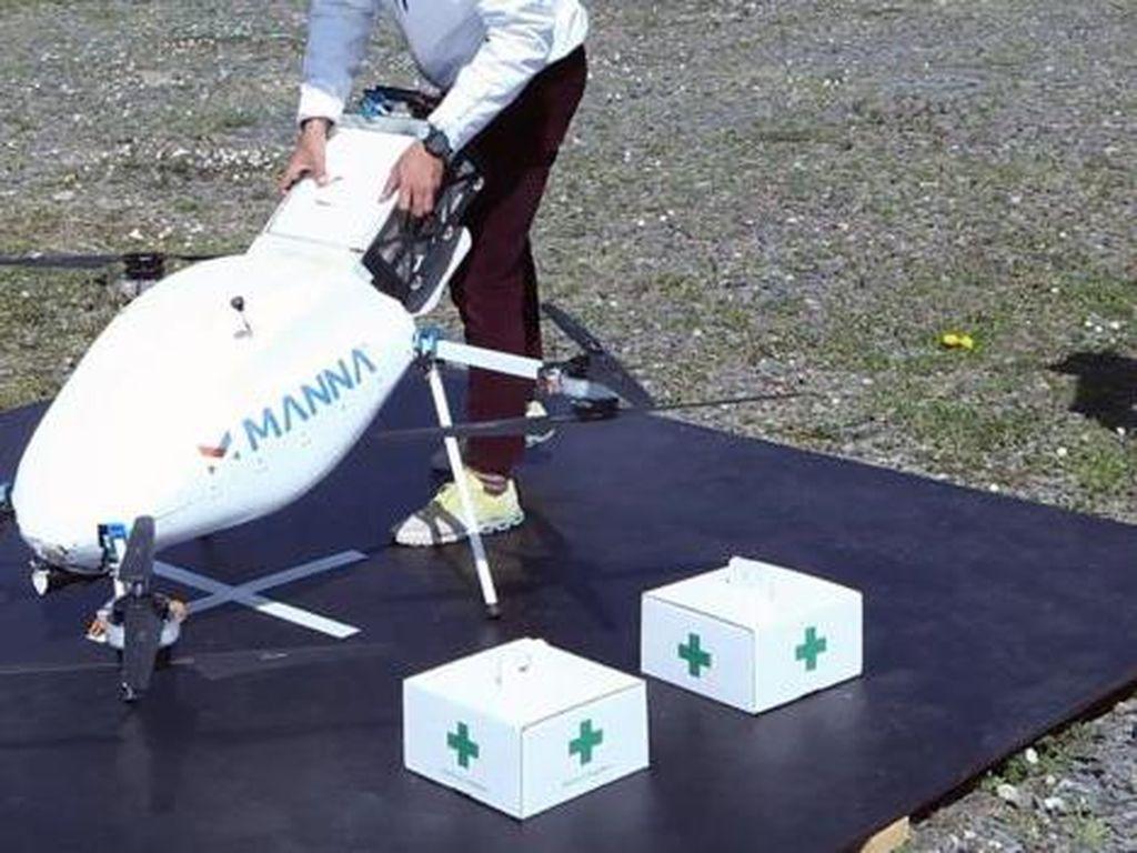 Bantu Lansia di Tengah Corona, Drone Ini Kirimkan Roti dan Obat