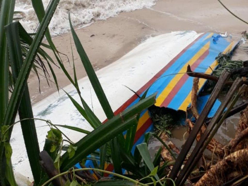Puluhan Perahu Hancur Dihantam Ombak di Ujung Genteng Sukabumi