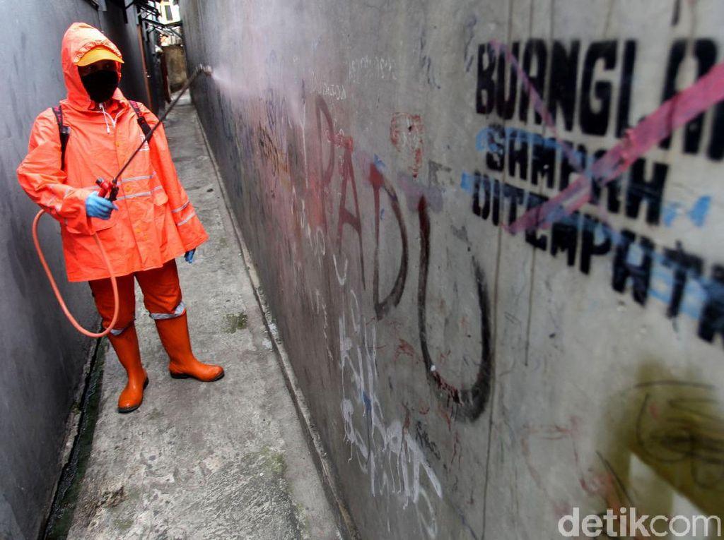 PPSU Susuri Gang Sempit Halau Corona di Ibu Kota