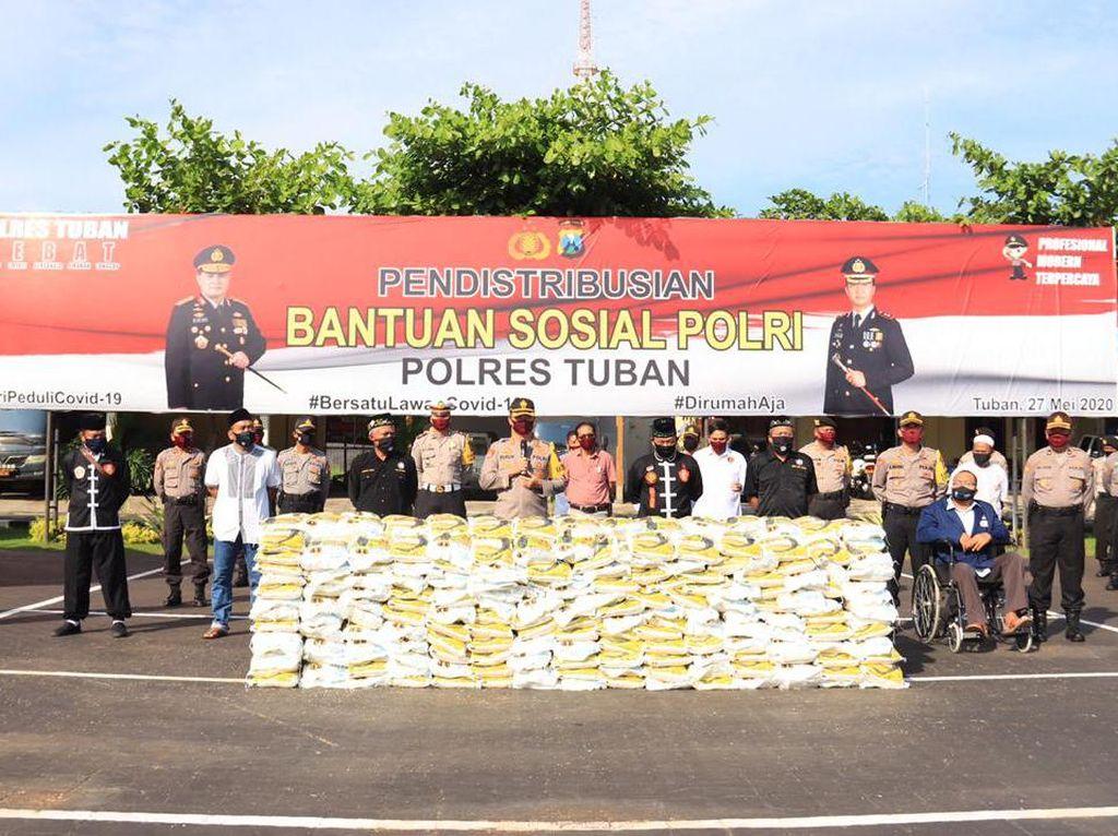 Polisi Salurkan 10 Ton Beras untuk Warga Tuban yang Terdampak Corona