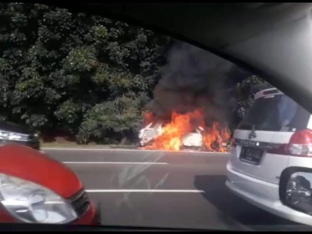 Mobil Terbakar Dekat GT Halim Pagi Ini, Asap Membubung