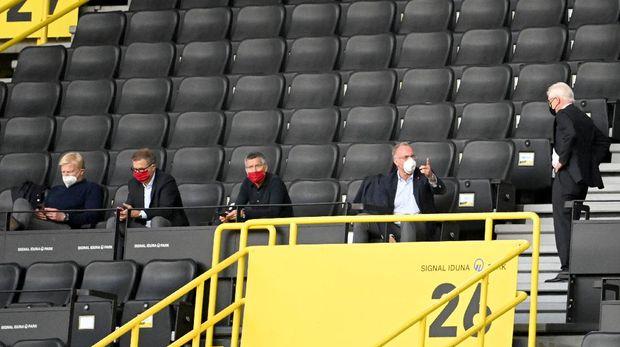Tribune Stadion Signal Iduna Park kosong tanpa penonton, hanya beberapa orang dari perwakilan klub.