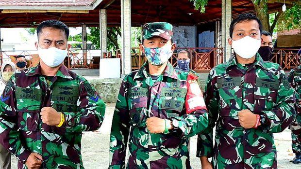 Personel Lantamal VI Makassar memakai gelang identifikasi.