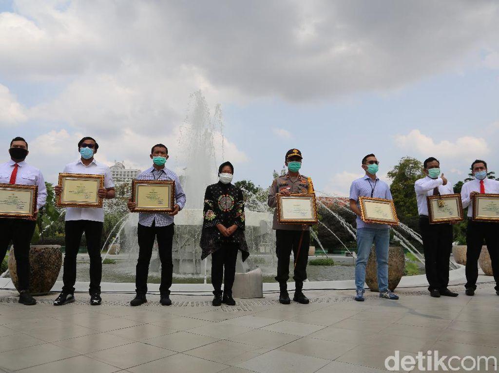 Risma Berikan Penghargaan pada Polisi Surabaya