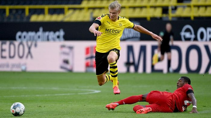 DORTMUND, GERMANY - MAY 26: Erling Haaland of Borussia Dortmund is challenged by David Alaba of Bayern Munichduring the Bundesliga match between Borussia Dortmund and FC Bayern Muenchen at Signal Iduna Park on May 26, 2020 in Dortmund, Germany. (Photo by Federico Gambarini/Pool via Getty Images)