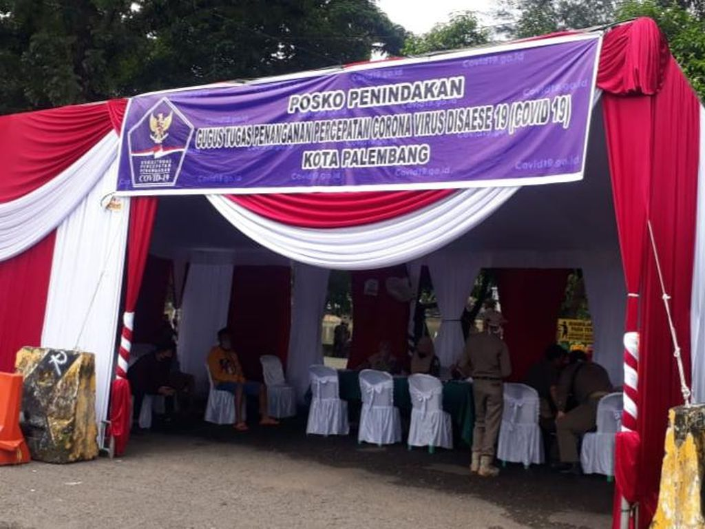 Langgar Aturan PSBB Palembang, Puluhan Warga Dihukum Bersihkan Fasilitas Umum