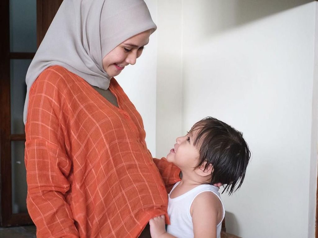 Coba Gugurkan Kandungan, Zaskia Mecca Makan Nanas hingga Olahraga