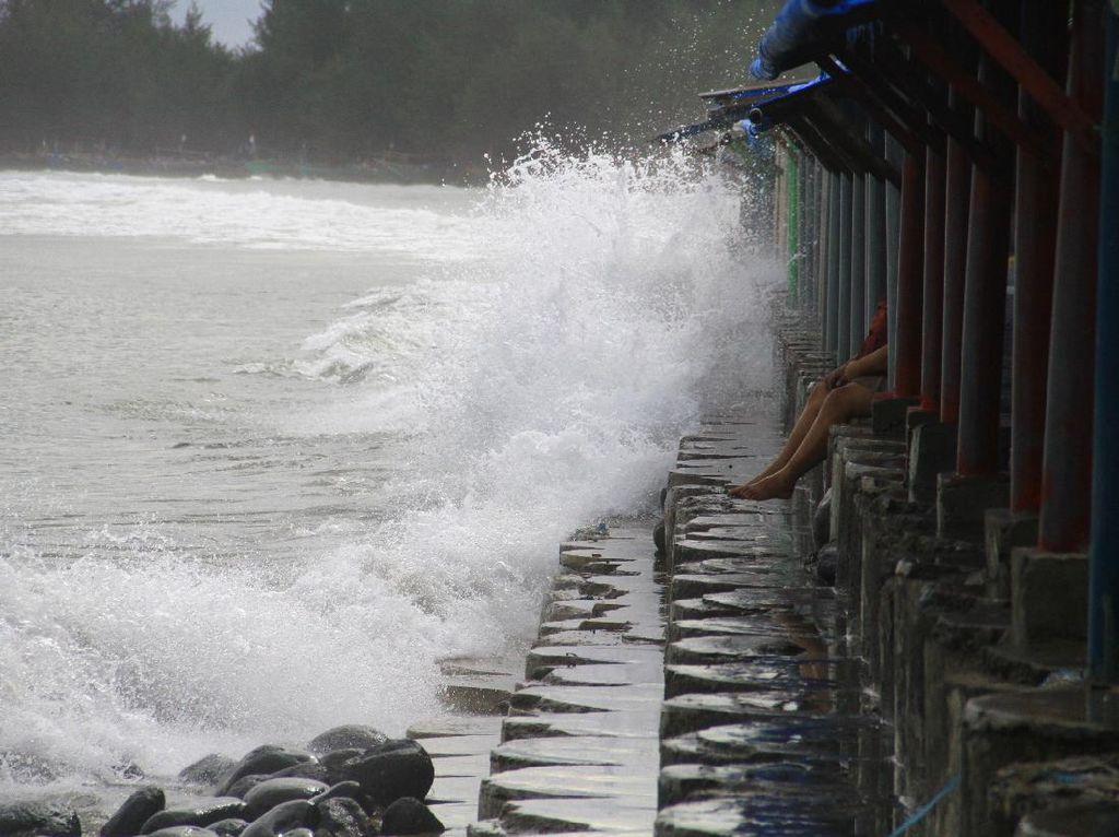 Ini Penyebab Gelombang Tinggi di Berbagai Perairan Indonesia