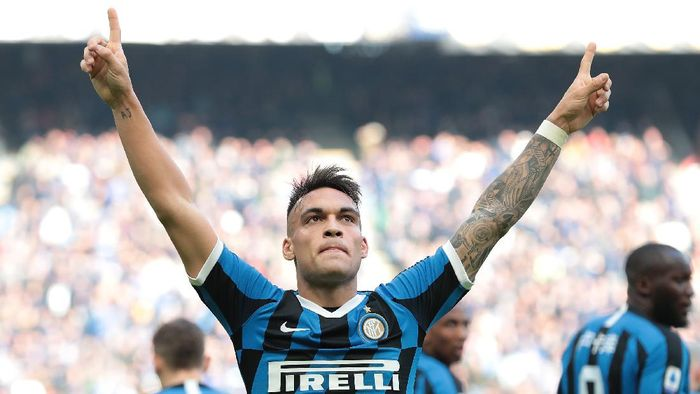 MILAN, ITALY - JANUARY 26:  Lautaro Martinez of FC Internazionale celebrates after scoring the opening goal during the Serie A match between FC Internazionale and Cagliari Calcio at Stadio Giuseppe Meazza on January 26, 2020 in Milan, Italy.  (Photo by Emilio Andreoli/Getty Images)