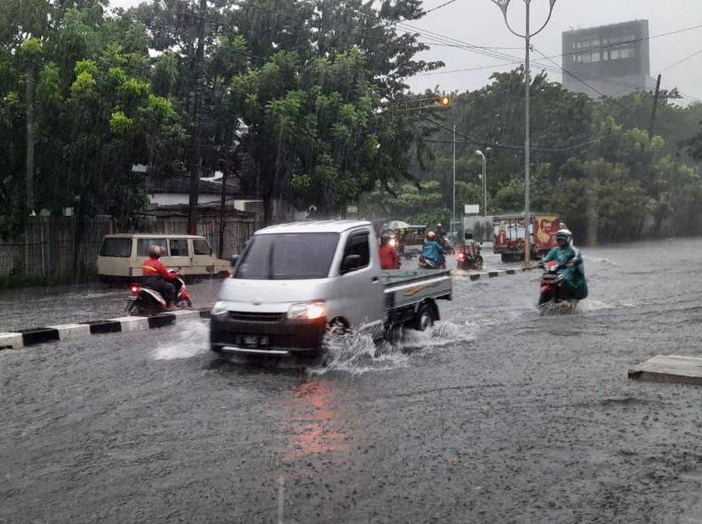 Diterjang Hujan Lebih 4 Jam, Jalanan di Kota Surabaya Tergenang