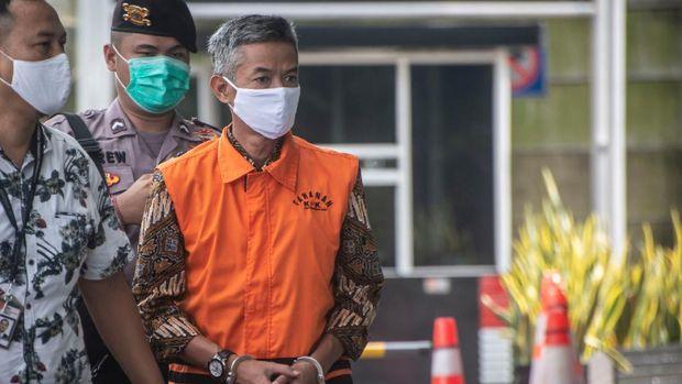 Mantan Komisioner KPU Wahyu Setiawan (tengah) berjalan keluar seusai menjalani sidang dakwaan secara virtual dalam kasus dugaan korupsi penetapan pergantian antar waktu (PAW) anggota DPR periode 2019-2024 di Gedung KPK, Jakarta, Kamis (28/5/2020). Mantan anggota Komisi Pemilihan Umum Wahyu Setiawan didakwa telah menerima suap melalui perantaraan Agustiani Tio Fridelina sebesar Rp600 juta dari Saeful Bahri dan Harun Masiku agar KPU menyetujui permohonan Penggantian Antar Waktu (PAW) yang diajukan PDIP. ANTARA FOTO/Aprillio Akbar/nz