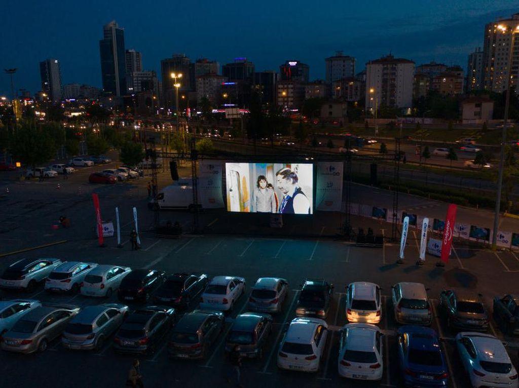 Warga Thailand Ramai-ramai Datangi Bioskop Drive-In Saat Pandemi Corona