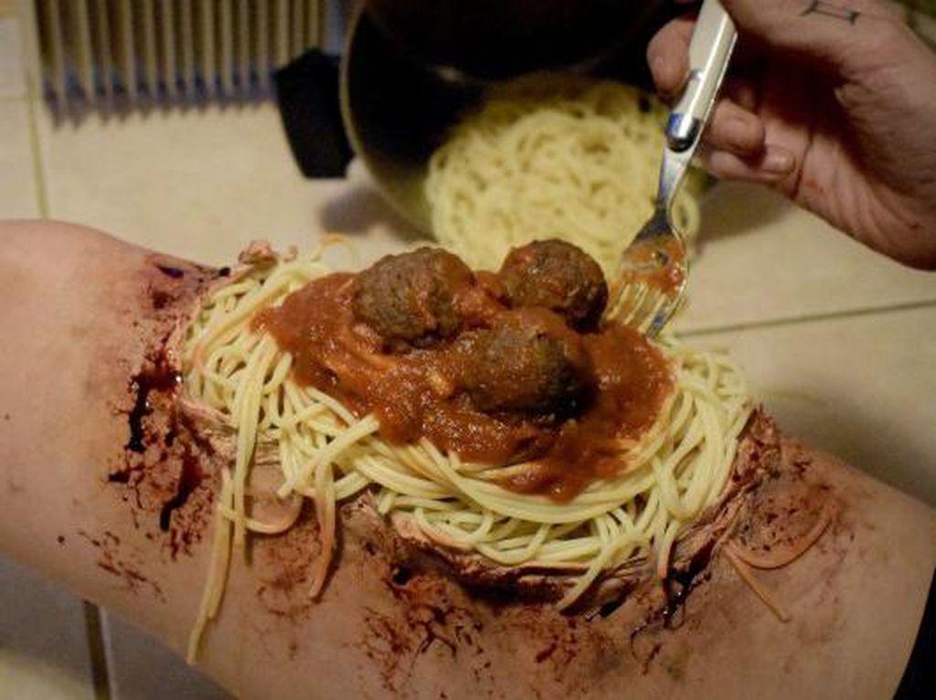 Artistik! Make-up Artist Ini Ciptakan Ilusi Makanan yang Seram pada Kulitnya