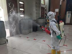 Video Masjid di Bekasi Disemprot Disinfektan Usai Dipakai Salat Jumat