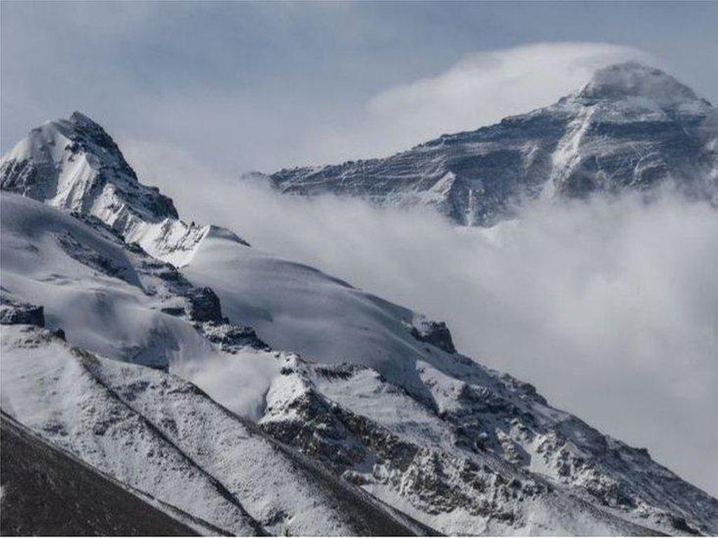 Gunung Everest si Atap Dunia Itu Tiba-tiba Lebih Tinggi