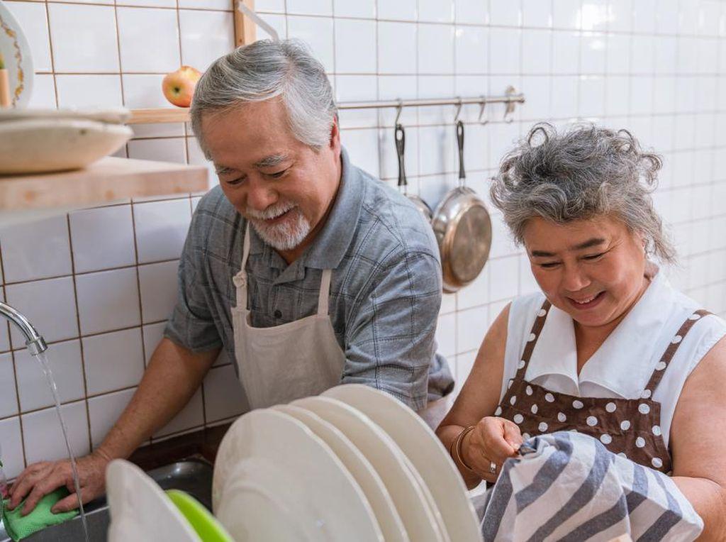 Cara Sederhana agar Para Lansia Tetap Bugar Saat #DiRumahAja