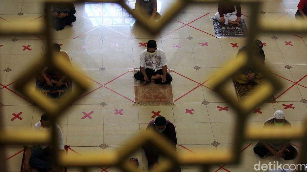 Potret Salat Jumat dengan Jaga Jarak di Masjid Agung Al Barkah