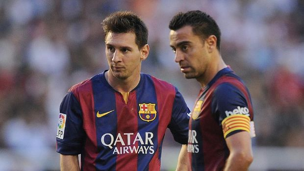 MADRID, SPAIN - OCTOBER 04:  Xavi Hernandez (R) and Lionel Messi line-up a free kick during the La Liga match between Rayo Vallecano de Madrid and FC Barcelona at Estadio Teresa Rivero on October 4, 2014 in Madrid, Spain.  (Photo by Denis Doyle/Getty Images)