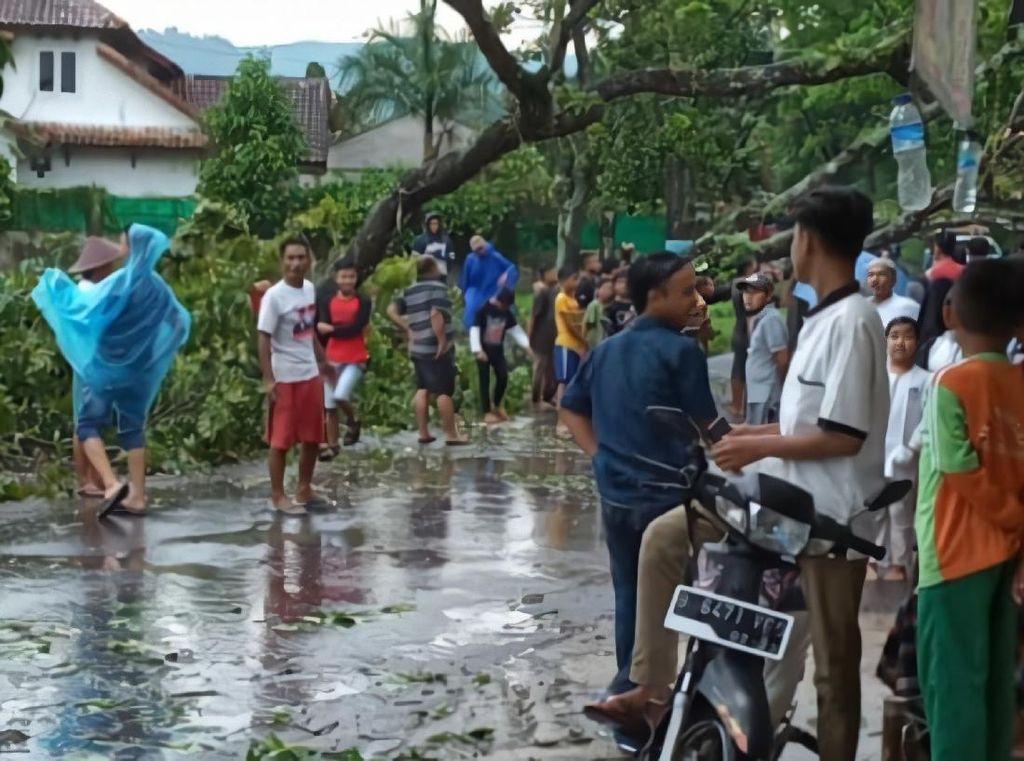 Puting Beliung Terjang Sukabumi, Rumah Ambruk-Pohon Tumbang