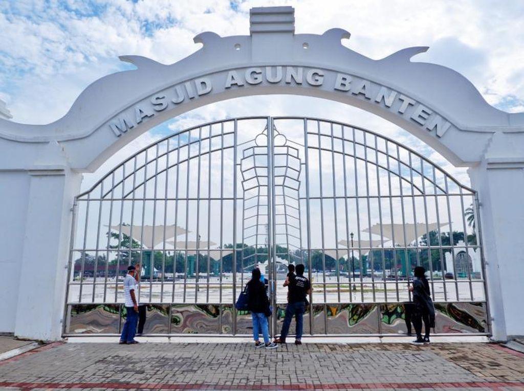 Ketika Cuma Bisa Memandang Masjid Agung Banten dari Luar Pagar
