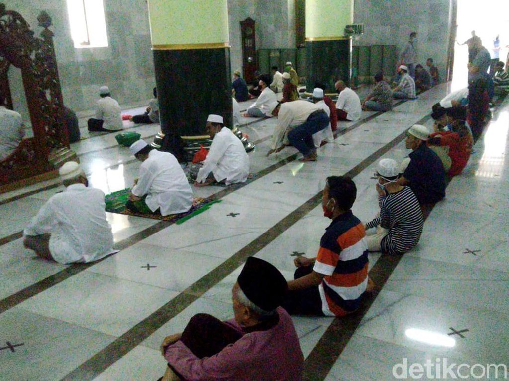 Video Suasana Salat Jumat New Normal di Masjid Agung Semarang