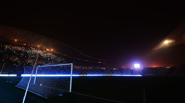 ISTANBUL, TURKEY - DECEMBER 11:  Fans shine lights from mobile phones as play is suspended following a floodlight failure during the UEFA Europa League Group C match between Besiktas JK and Tottenham Hotspur FC at Ataturk Olympic Stadium on December 11, 2014 in Istanbul, Turkey.  (Photo by Jamie McDonald/Getty Images)