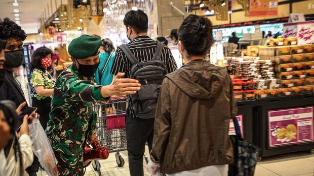 Personel TNI memberikan imbauan kepada pengunjung untuk tetap menjaga jarak di AEON Mall, Tangerang, Banten, Jumat (29/5/2020). Sejumlah aturan protokol kesehatan penyebaran COVID-19 diterapkan di pusat perbelanjaan tersebut seiring memasuki era normal baru di tengah pandemi COVID-19. ANTARA FOTO/Fauzan/wsj.