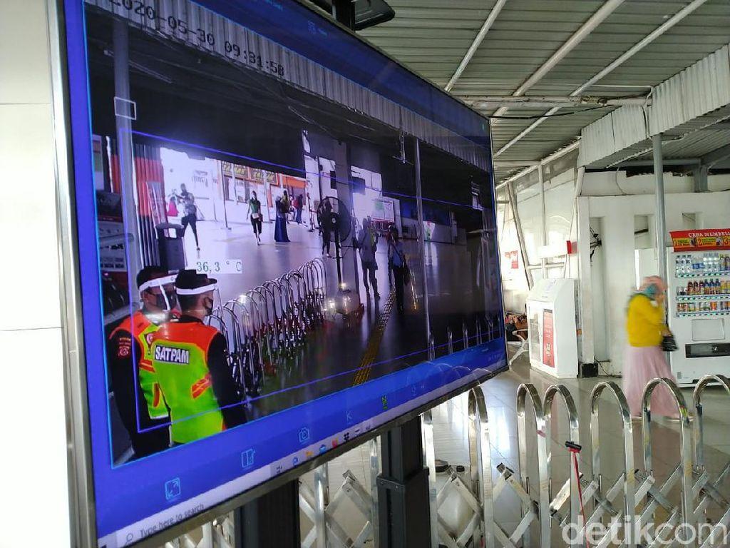 Suhu Tubuh Dicek Pakai Thermal Scanner, Begini Suasana Stasiun Bogor Pagi Ini