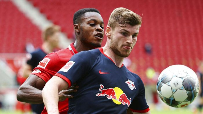 Timo Werner, right, of Leipzig in action against messenger Baku of Mainz during a German Bundesliga soccer match between FSV Mainz 05 and RB Leipzig in Mainz, Germany, Sunday, May 24, 2020.  (Kai Pfaffenbach/pool via AP)
