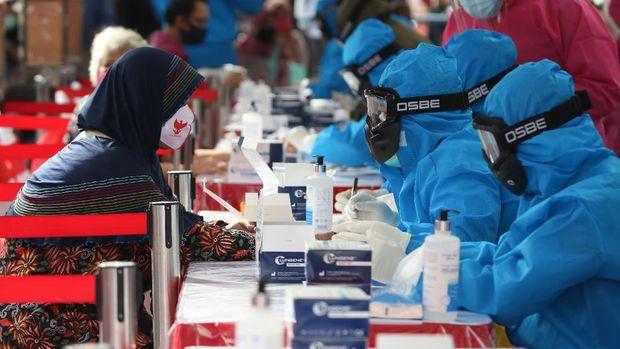 Petugas melakukan tes diagnostik cepat COVID-19 (Rapid Test) kepada warga di Surabaya, Jawa Timur, Jumat (29/5/2020). Badan Intelijen Negara (BIN) bekerja sama dengan Pemkot Surabaya melakukan tes diagnostik cepat COVID-19 dan 'Swab test' guna mengetahui kondisi kesehatan warga sebagai upaya untuk mencegah penyebaran virus Corona (COVID-19). ANTARA FOTO/Didik Suhartono/pras.