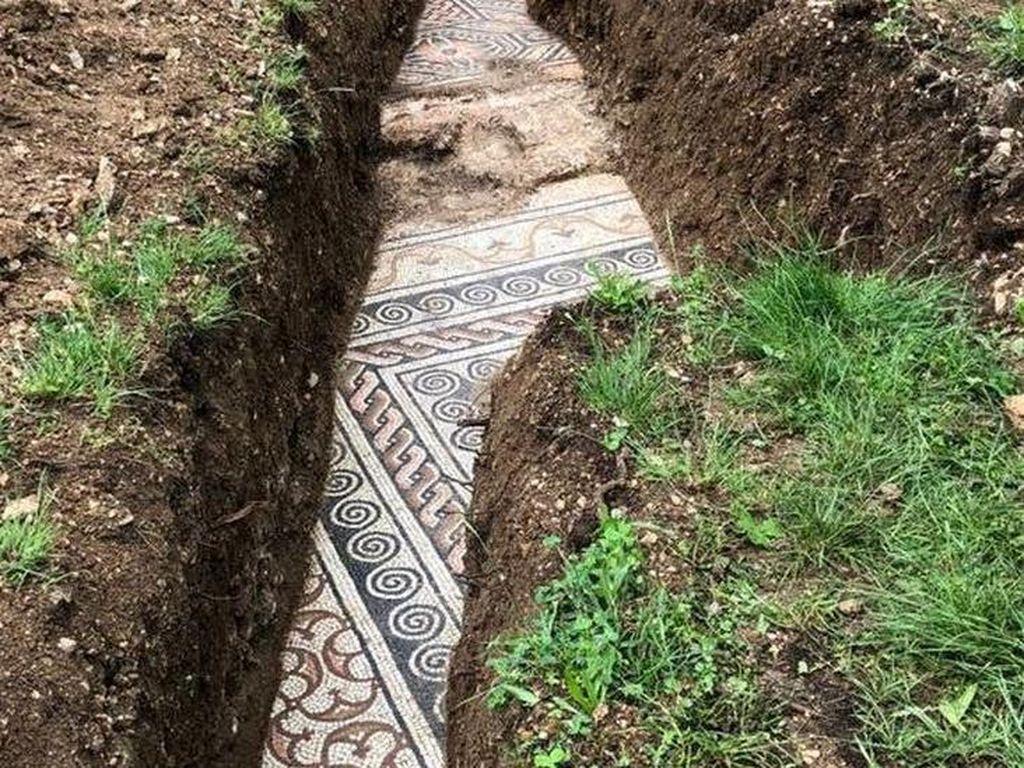 Puluhan Tahun Dicari, Lantai Mosaik Romawi Ditemukan di Kebun Anggur Italia