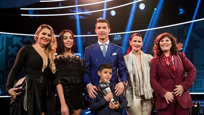 ZURICH, SWITZERLAND - JANUARY 09: The Best FIFA Mens Player Award winner Cristiano Ronaldo of Portugal and Real Madrid (C) poses together with his family and girlfriend Georgina Rodriguez for a photo after The Best FIFA Football Awards 2016 on January 9, 2017 in Zurich, Switzerland. (Photo by Philipp Schmidli/Getty Images)