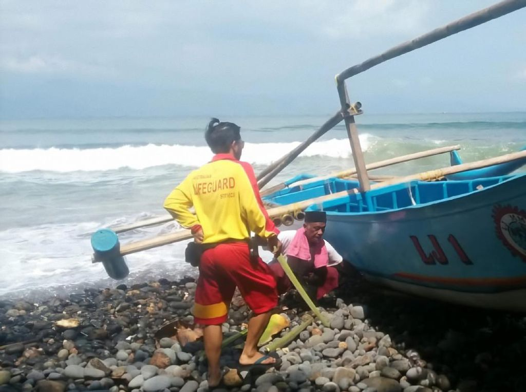 Perahu Congkreng Tanpa Nelayan Terombang-ambing di Teluk Palabuhanratu