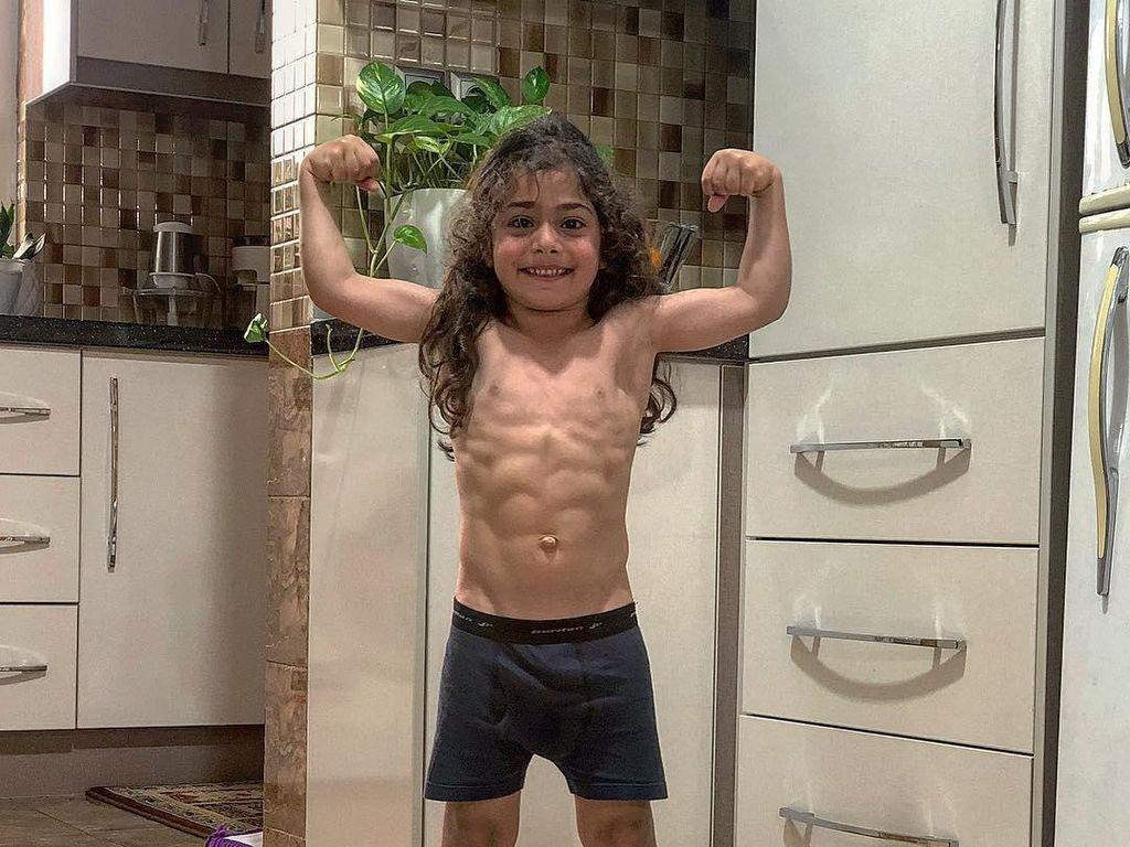 Gaya Kulineran Arat Hosseini, Bocah Kecil Bertubuh Kekar yang Hobi Fitness
