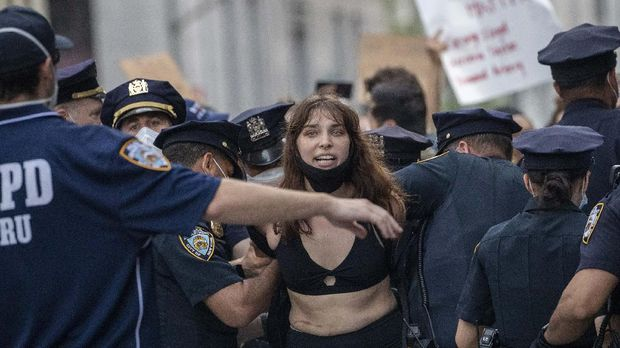 A demonstrator is arrested Friday, May 29, 2020, in New York, while protesting against the the death of George Floyd, a black man who was in police custody in Minneapolis. Floyd died after being restrained by Minneapolis police officers on Memorial Day. (AP Photo/Mary Altaffer)