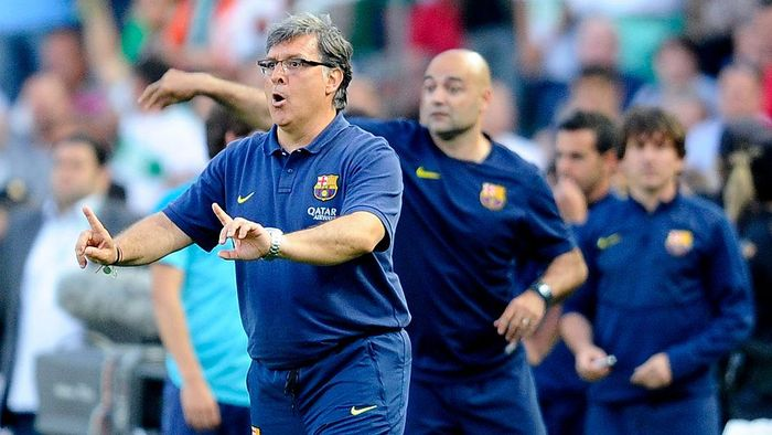 ELCHE, SPAIN - MAY 11:  Head coach Gerardo Tata Martino of FC Barcelona directs his players during the La Liga match between Elche FC and FC Barcelona at Estadio Manuel Martinez Valero on May 11, 2014 in Elche, Spain.  (Photo by David Ramos/Getty Images)