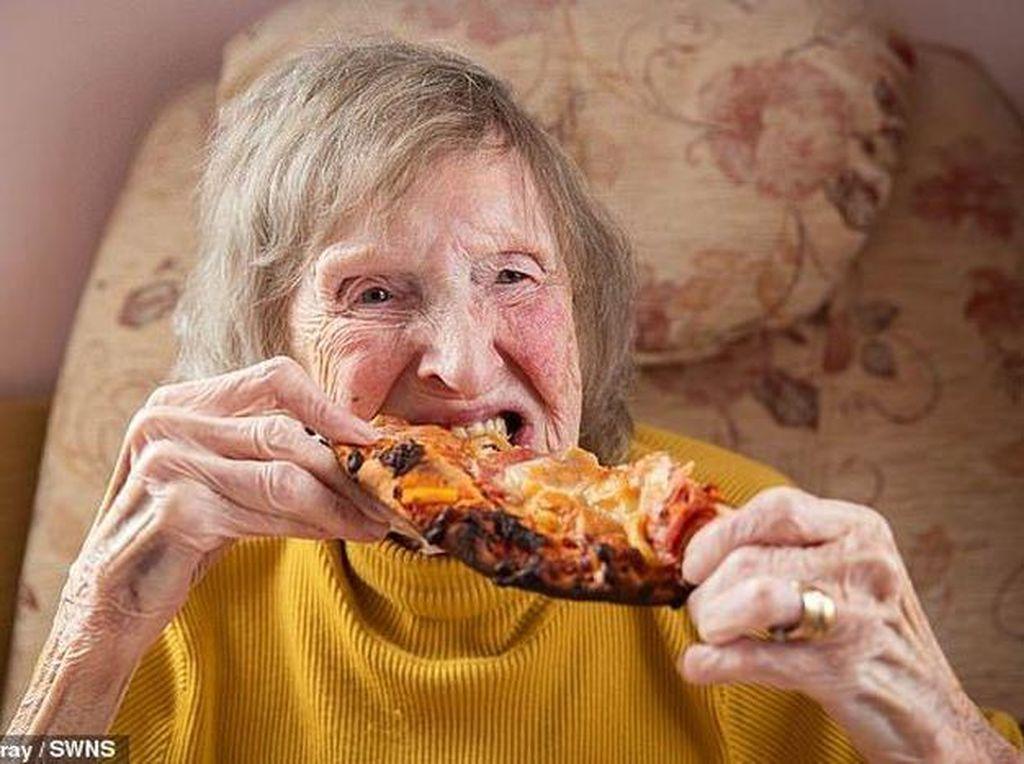 Momen Seru Kakek dan Nenek Cicip Dalgona dan Pizza Pertama Kali