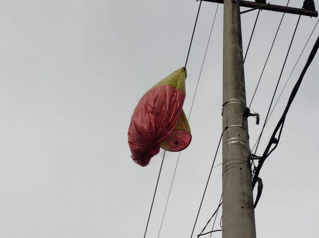 Balon Udara di Trenggalek Nyangkut Kabel Listrik dan Timpa Rumah Warga