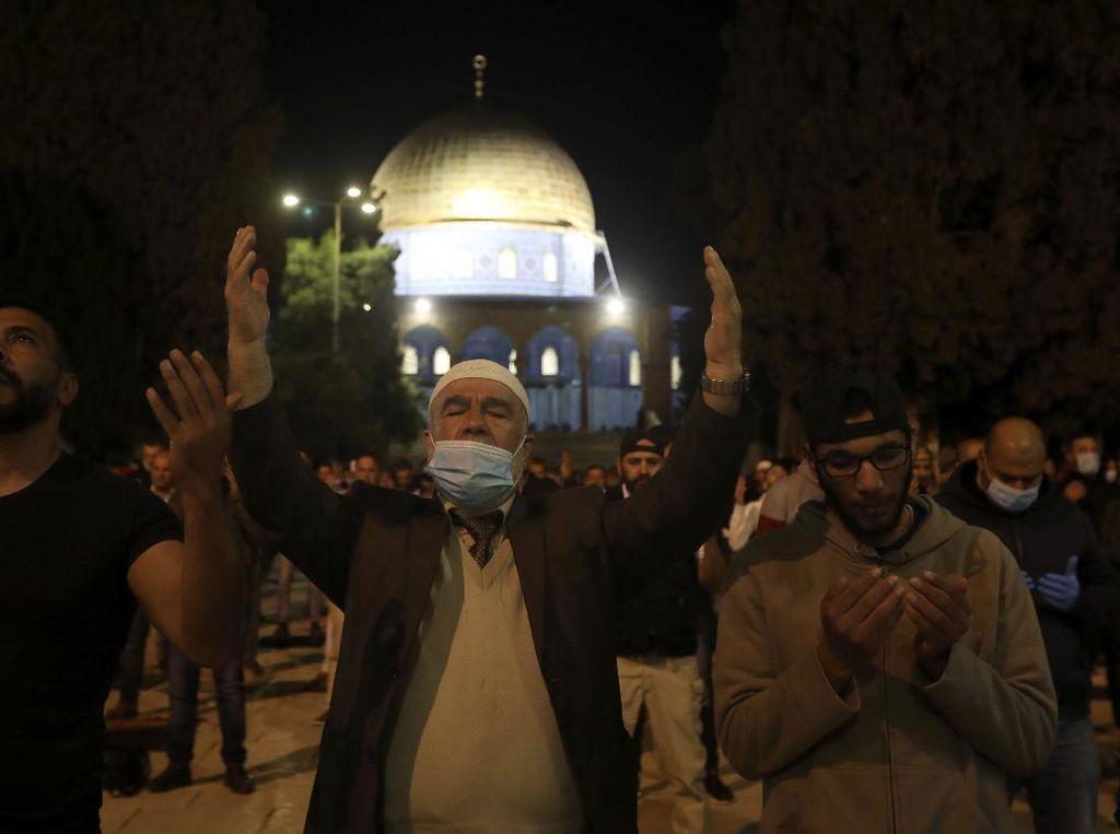 Masjid Al-Aqsa Akhirnya Dibuka, Langsung Diisi Ratusan Jemaah