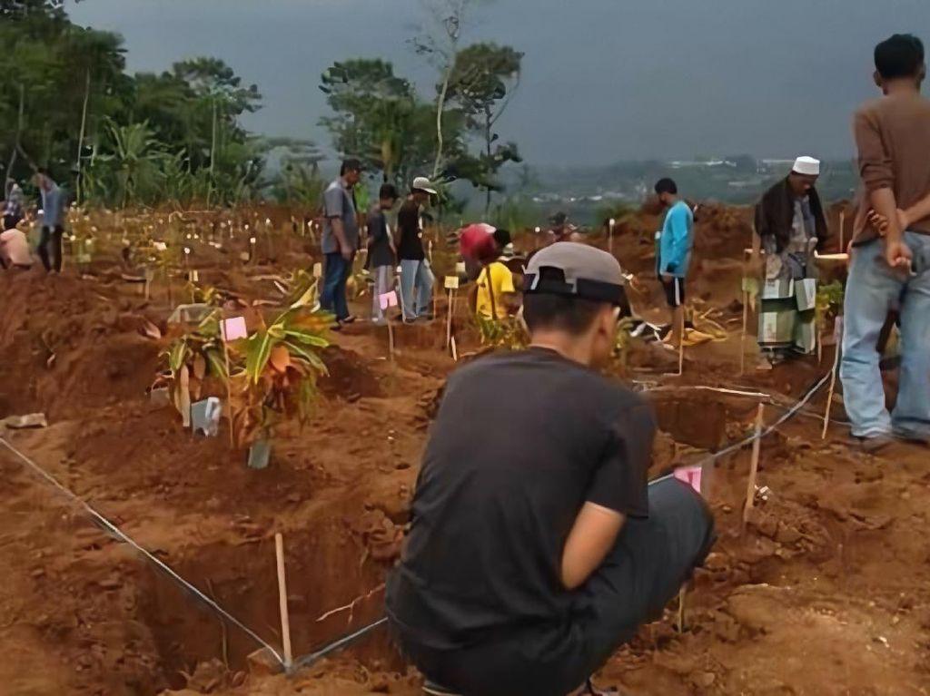 Terdampak Proyek Tol Bocimi, Ratusan Makam Dipindahkan