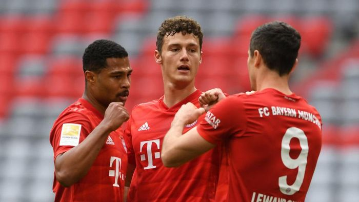 MUNICH, GERMANY - MAY 30: Robert Lewandowski of Bayern Munich celebrates with Serge Gnabry and Benjamin Pavard after their teams first goal came through a own goal during the Bundesliga match between FC Bayern Muenchen and Fortuna Duesseldorf at Allianz Arena on May 30, 2020 in Munich, Germany. (Photo by Christof Stache/Pool via Getty Images)